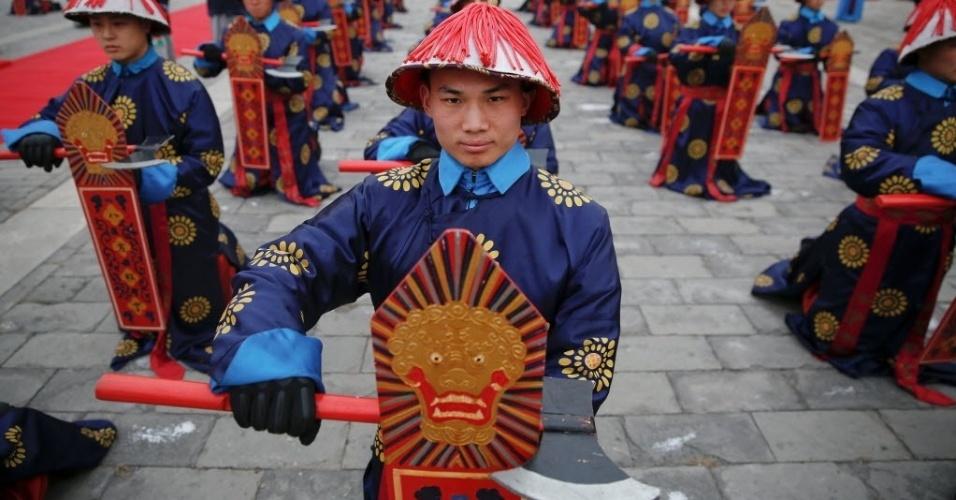 28.jan.2017 - A tradicional cerimônia da dinastia Qing é encenada no templo de Ditan Park, o Templo da Terra, em Pequim, na China, para comemorar o Ano Novo Lunar, neste sábado (28)