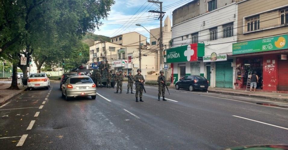 7.jan.2017 - Tropa do Exército é vista em Maruipe, em Vitória, na manhã desta terça