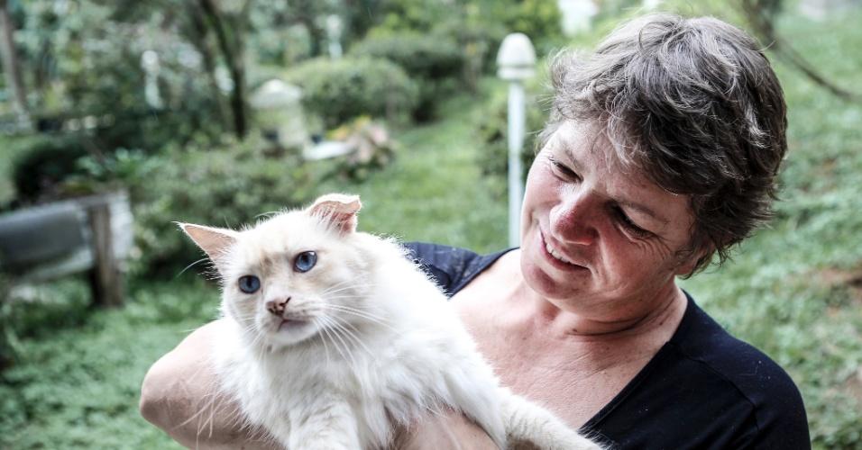 """17.mar.2017 - De tanto acolher animais abandonados em casa, Valéria tem hoje uma """"família"""" de bichos, entre eles o gato Jorge (um dos nove felinos no sítio)"""