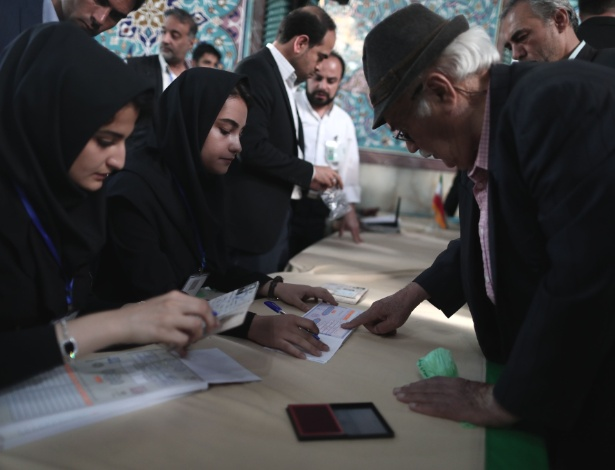 Idoso chega para votar logo cedo em uma das sessões na capital Teerã