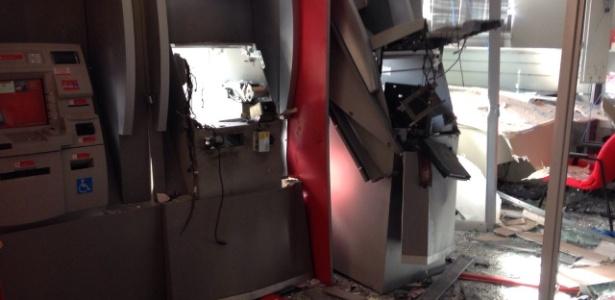 Caixas ficaram destruidos; polícia entrou em ação e três morreram