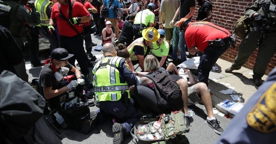 12.ago.2017 - Equipes de socorro atendem feridos nas ruas de Charlottesville, na Virgínia (EUA), após um carro atropelas várias pessoas durante um confronto entre extremistas de direita e grupos antiracismo