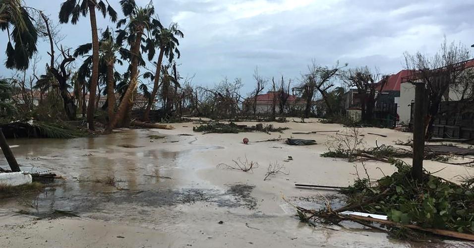 7.set.2017 - Rua alagada na cidade de Gustávia, capital da Coletividade de São Bartolomeu (território pertencente à França), no Caribe, após passagem do furacão Irma
