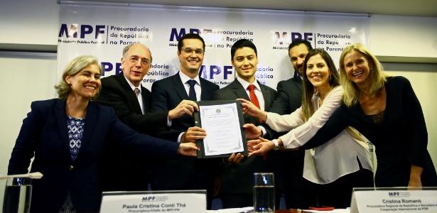 Pedro Parente (segundo à esquerda) e Deltan Dallagnol (de óculos) participam de cerimônia de devolução de recursos para a Petrobras