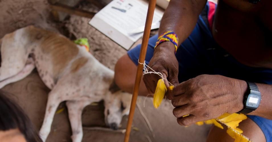 Homem indígena ka'apor faz artesanato em aldeia de proteção no Alto Turiaçu, no Maranhão
