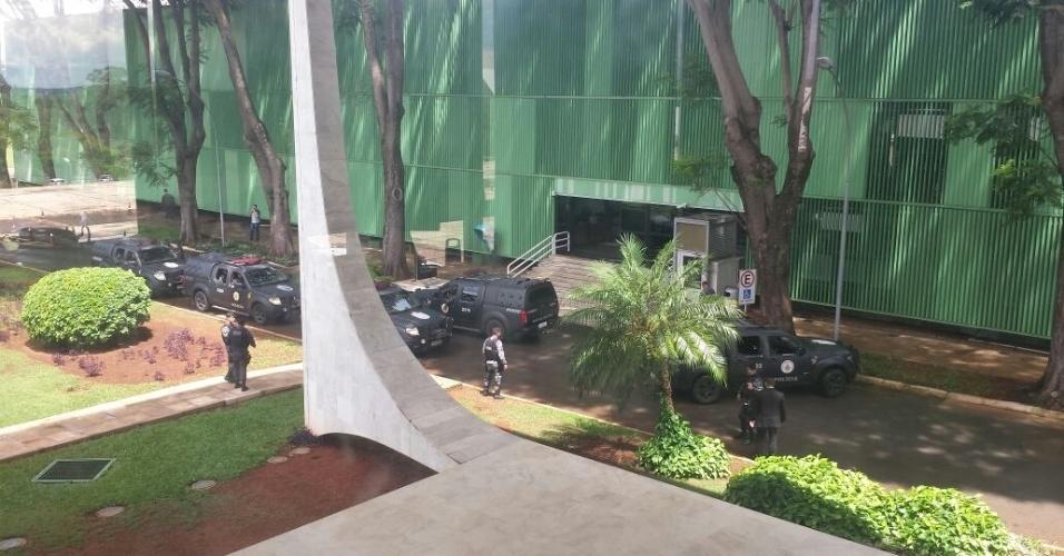 22.mar.2018 - Cinco carros do Batalhão de Choque da PM se posicionam em frente ao STF antes do julgamento de recurso de Lula