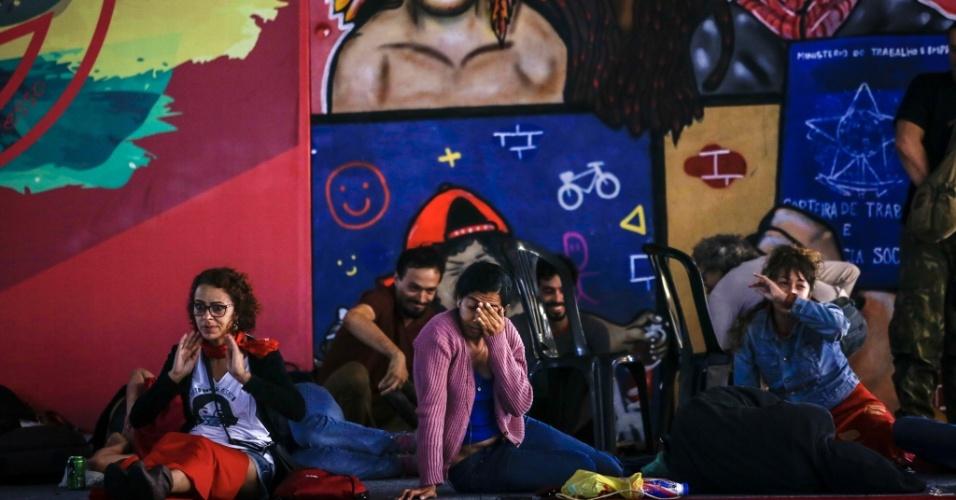 7.abr.2018 - Militantes acordam depois de passarem a noite e madrugada dormindo no prédio do Sindicato dos Metalúrgicos do ABC, em São Bernardo do Campo (SP)