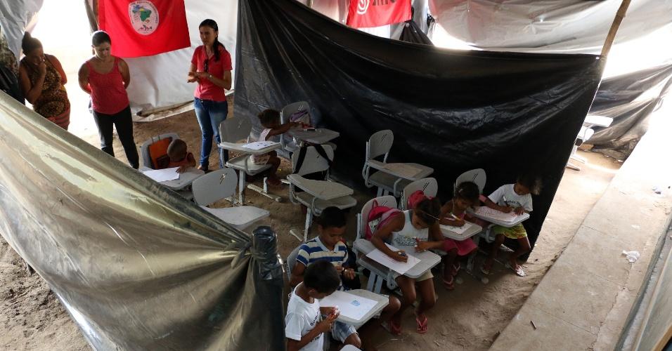 5.abr.2018 - Debaixo das lonas da sala de aula improvisada, três professoras ensinam de forma voluntária, sem receber salário, em Areia (PB)