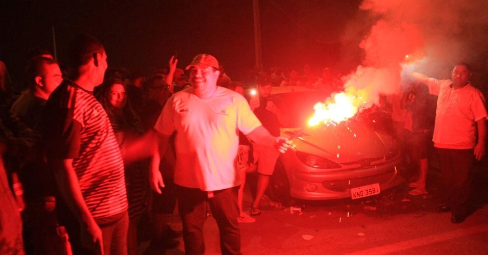 Caminhoneiros acendem sinalizador e prosseguem bloqueando a saída de caminhões-tanque na Reduc no Rio de Janeiro