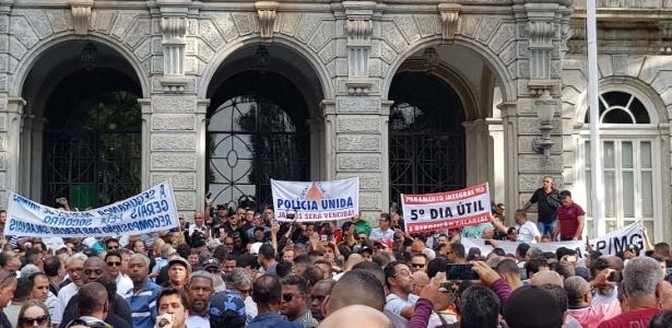 Protesto de agentes de forças de segurança pública no Palácio da Liberdade, sede do governo