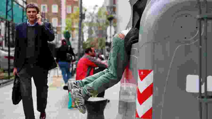 Imagem de 2018, quando homem foi fotografado revirando lixo na Argentina - MARCOS BRINDICCI / Reuters