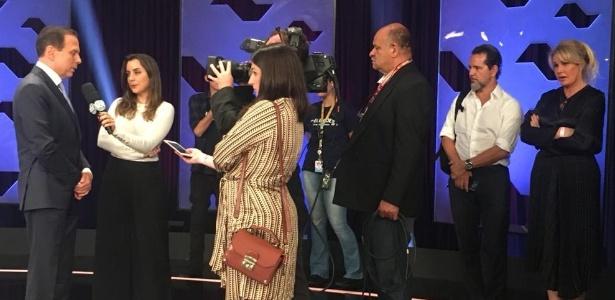 Bia Doria (à dir.) acompanha entrevista de João Doria após debate UOL/Folha/SBT