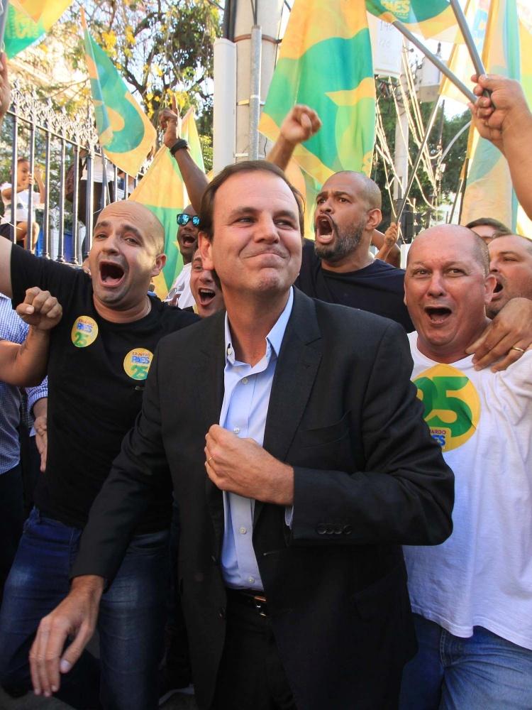 23.out.2018 - O candidato Eduardo Paes em campanha no Rio