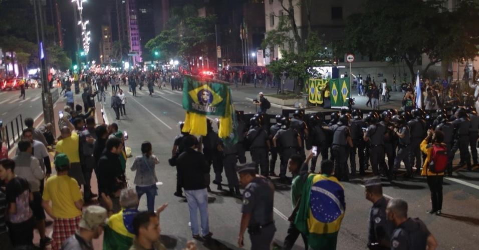 28.ou.2018 A polícia de São Paulo tenta conter confusão entre simpatizantes de Jair Bolsonaro e eleitores de Fernando Haddad na avenida Paulista