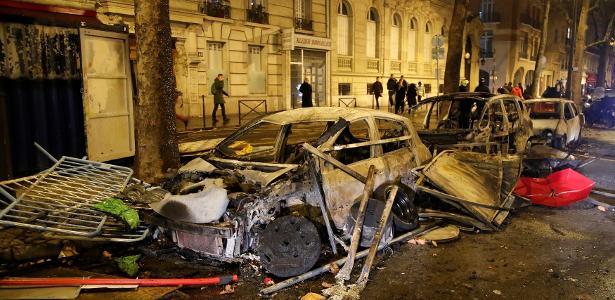 """Carro queimado na avenida Kleber depois dos confrontos entre manifestantes, os """"coletes amarelos"""", e a polícia, em Paris"""