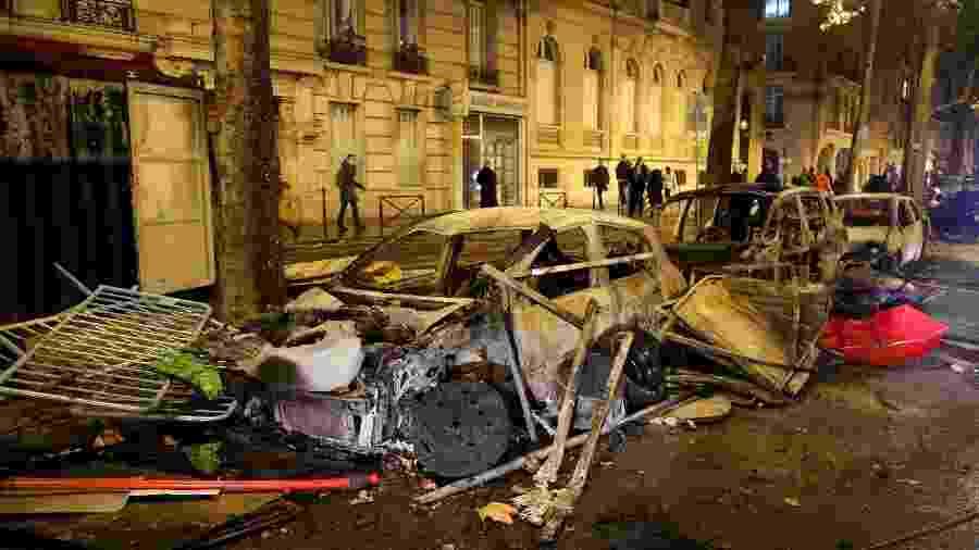 """Carro queimado na avenida Kleber depois dos confrontos entre manifestantes, os """"coletes amarelos"""", e a polícia, em Paris - Charles Platiau/Reuters"""