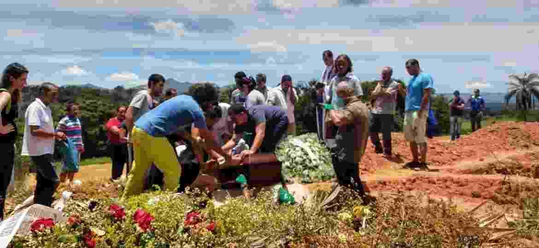 Após 7 dias de espera, pedreiro enterra filha de 16 anos em Brumadinho - Luciana Quierati / UOL