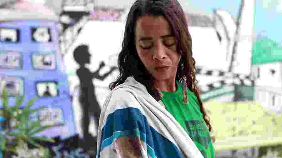 """10.mai.2019 - Bruna da Silva, mãe de Marcos Vinícius, com a camisa que ele usava quando foi baleado na Maré: """"Aquela blusa suja de sangue virou um marco na minha vida"""" - Wilton Junior/Estadão Conteúdo"""