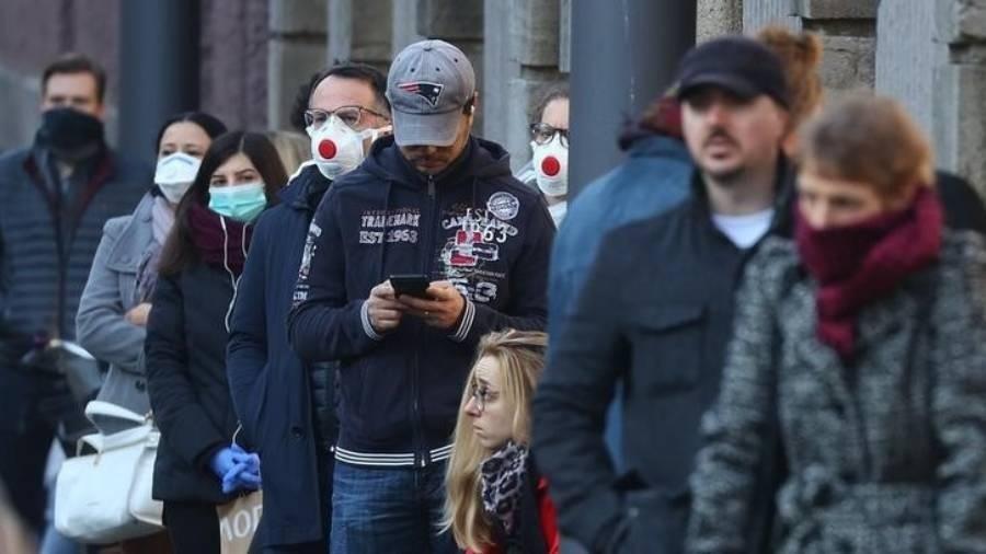18.mar.2020 - Pessoas fazem fila para serem testadas para o novo coronavírus em Frankfurt, na Alemanha - Kai Pfaffenbach