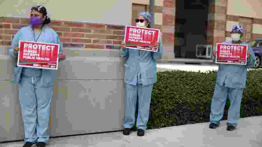Enfermeiras e profissionais de saúde se distanciam socialmente enquanto protestam por equipamentos de proteção individual em Los Angeles, Califórnia, EUA - LUCY NICHOLSON/REUTERS