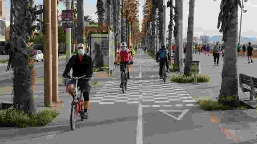 Ciclistas e pedestres praticam atividades ao ar livre em Barcelona - PAU BARRENA / AFP