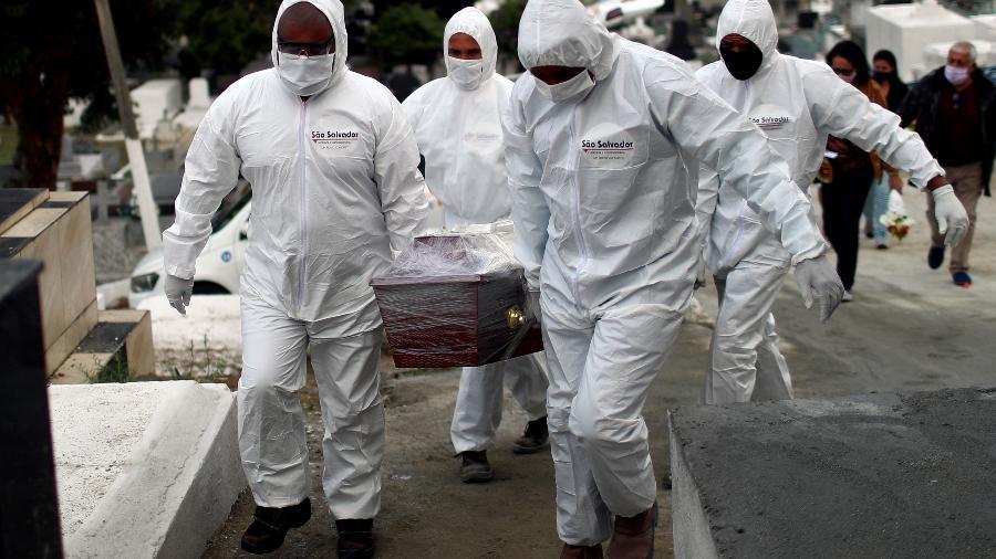 Com média de 1.095 mortes por covid-19 nos últimos sete dias, Brasil registrou 3ª maior marca de toda a pandemia - PILAR OLIVARES