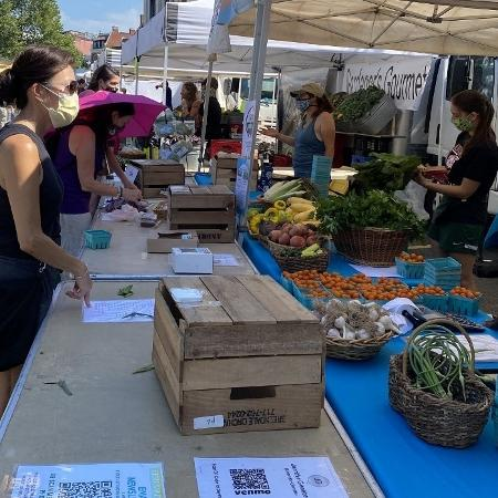 Coronavírus: Público usa máscaras em feira de produtos orgânicos em Washington DC (EUA), em julho de 2020 - Daniel Slim/AFP
