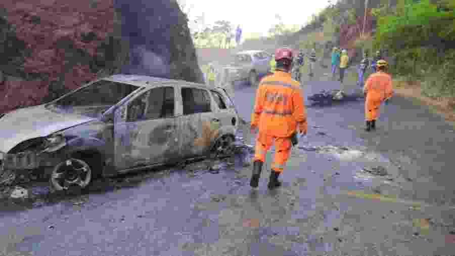 Carro e moto pegam fogo após acidente que deixou grávida e idoso feridos - Divulgação/Bombeiros MG