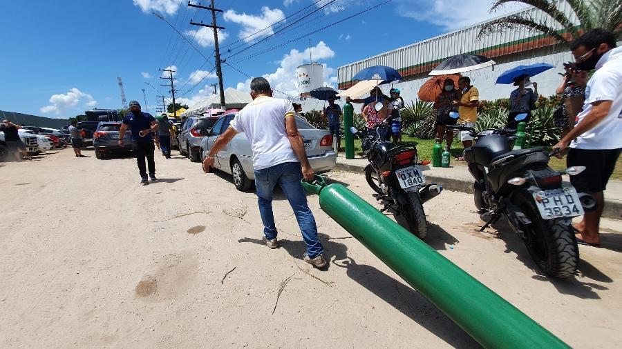 Homem carrega cilindro de oxigênio a hospital de Manaus - Carlos Madeiro/UOL