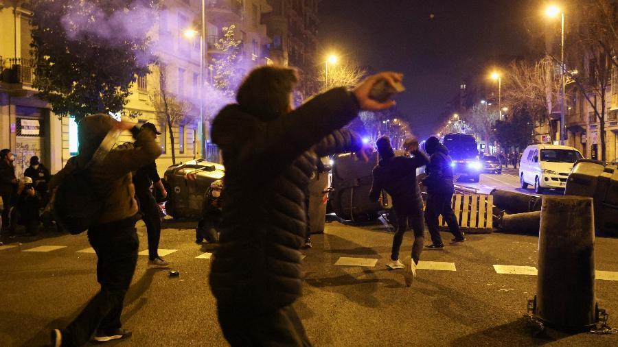 Manifestantes jogam pedras em protesto contra prisão de rapper na Espanha - NACHO DOCE/REUTERS