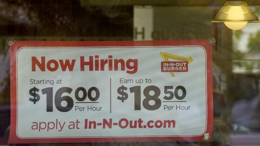 Aviso de contratação do In-N-Out Burger em Encinitas, Califórnia, EUA - Mike Blake/Reuters