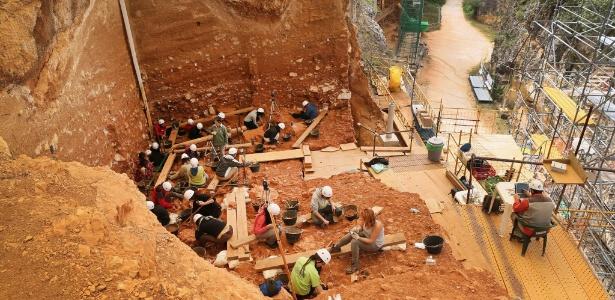 19.jul.2015 - Arqueólogos trabalham nas escavações no sítio arqueológico de Atapuerca, em Burgos, Espanha