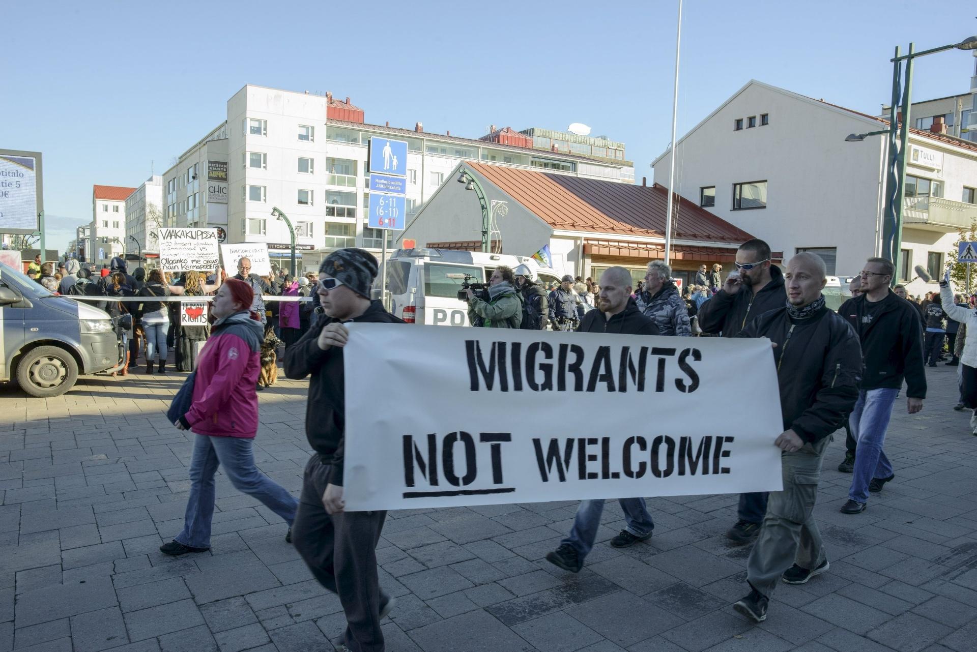 3.out.2015 - Manifestantes contra e a favor de imigrantes se cruzam na cidade de Tornio, na Finlândia. Segundo o FMI, refugiados podem pesar no orçamento europeu, mas impulsionarão crescimento no longo prazo