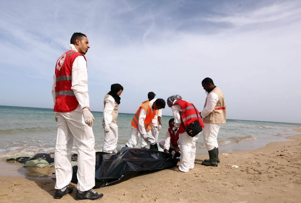 21.out.2015 - Seis corpos entre eles duas mulheres e uma criança foram encontrados na costa de Guarabouli, na Líbia. As autoridades acreditam que se tratavam de imigrantes que tentavam fazer a travessia para à Europa