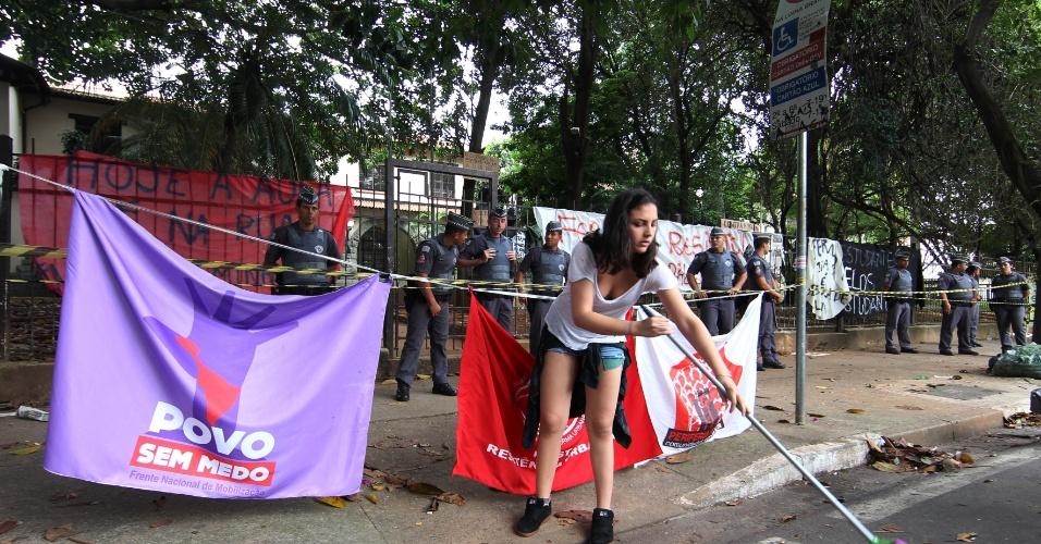 11.nov.2015 - Grupo se manifesta em apoio aos estudantes que ocupam a Escola Estadual Fernão Dias, na zona oeste de São Paulo. Eles são contra a reorganização da rede anunciada pela Secretaria da Educação