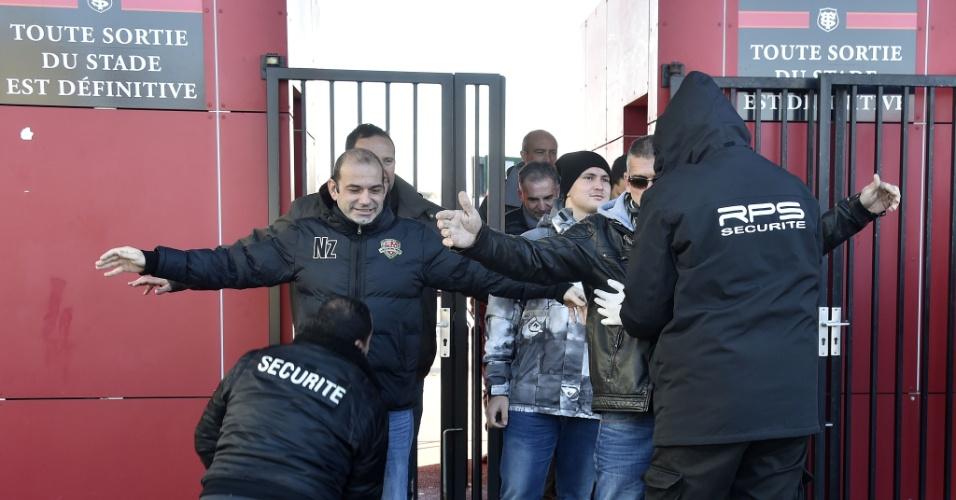 21.nov.2015 - Seguranças revistam torcedores que entram no estádio Ernest Wallon, em Toulouse, na França, neste sábado (21). No local, será disputada uma partida de rúgbi entre Toulouse e Oyonnax. A medida faz parte do reforço no esquema de segurança no país após atentados terroristas em Paris em 13 de novembro