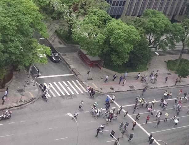 30.nov.2015 - Após 4 horas de bloqueio, estudantes liberam cruzamento da Rebouças com a Faria Lima