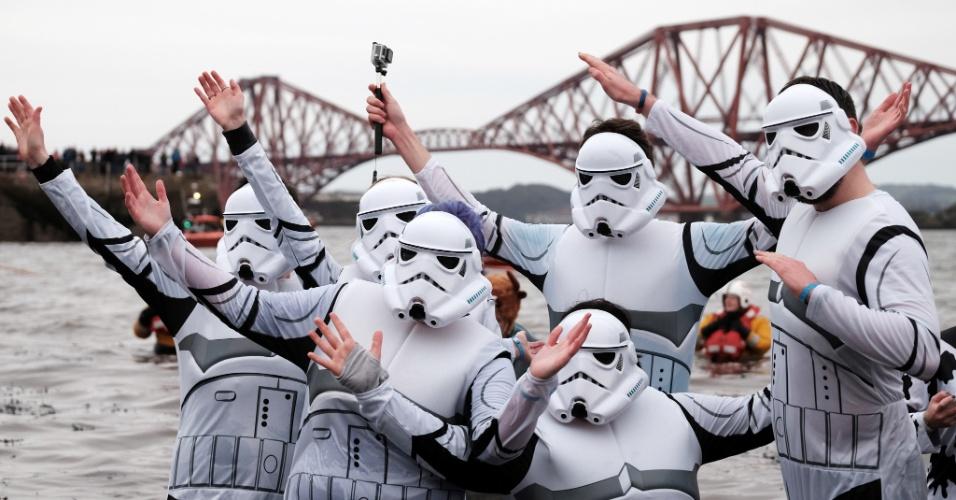 """1º.jan.2016 - Pessoas fantasiadas de """"stormtroopers"""", personagens do filme """"Guerra nas Estrelas"""", celebram a chegada do Ano Novo, em Edimburgo, na Escócia"""
