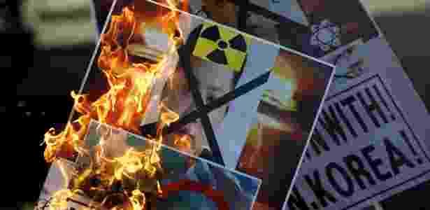 7.jan.2015 - Cartazes com fotos do líder norte-coreano Kim Jong-un são queimados durante protesto no centro de Seul, Coreia do Sul, em resposta ao anúncio da Coreia do Norte da realização do teste com uma bomba de hidrogênio, centenas de vezes mais destrutiva que uma bomba nuclear - Kim Hong-Ji/Reuters