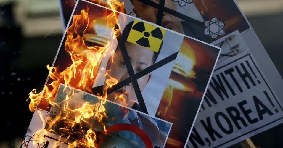 7.jan.2015 - Cartazes com fotos do líder norte-coreano Kim Jong-un são queimados durante protesto no centro de Seul, Coreia do Sul, em resposta ao anúncio da Coreia do Norte da realização do teste com uma bomba de hidrogênio, centenas de vezes mais destrutiva que uma bomba nuclear