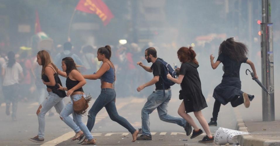 12.jan.2016 - Bombas de gás da polícia dispersou movimento contra o aumento das tarifas do transporte público na avenida Paulista, em São Paulo
