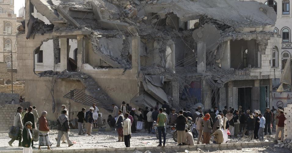 25.jan.2016 - Populares olham os destroços da casa do juiz Yahya Rubaid, morto junto com a mulher e cinco outro membros de sua família após bombardeio da coalizão liderada pela Arábia Saudita em Sanaa, capital do Iêmen