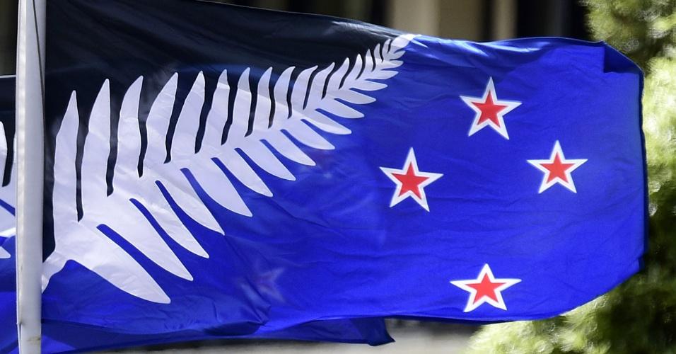 """3.mar.2016 - Em imagem de arquivo de 16 de fevereiro, a bandeira alternativa neozelandesa é hasteada diante de hotel em Wellington. Os neozelandeses começam hoje um referendo sobre a adoção ou não da nova bandeira, em oposição à atual, que traz o """"Union Jack"""" do Reino Unido em seu desenho. O primeiro-ministro, John Key, chamou o referendo de """"oportunidade única de se livrar do símbolo britânico da bandeira nacional"""""""