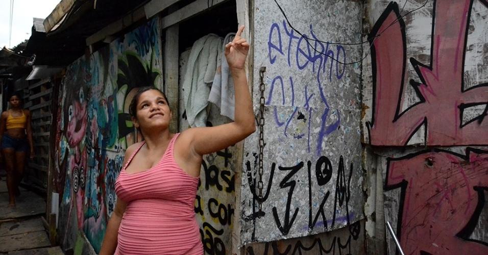 """3.mar.2016 - A comunidade """"favela do Sossego, no bairro do Pina, na região sul do Recife tem cerca de 100 famílias. As casas foram erguidas sob tábuas no rio Capibaribe. Além do desafio de morar em um local marcado pela extrema miséria, os moradores precisam enfrentar a tríplice epidemia de zika, dengue e chikungunya. Leidiane da Silva, 20,  tem um filho com menos de um mês de vida e reclama da falta de água no local"""