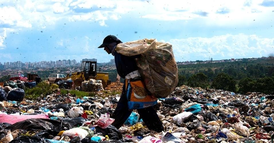 12.mar.2016 - No maior lixão da América Latina --o lixão do Jóquei (ou da Estrutural), no Distrito Federal--, que existe desde a década de 60 e fica a 15 quilômetros do Palácio do Planalto, os catadores, inclusive crianças, enfrentam condições desumanas. São mais de 35 milhões de lixo depositadas numa área de 200 hectares e este material gera chorume
