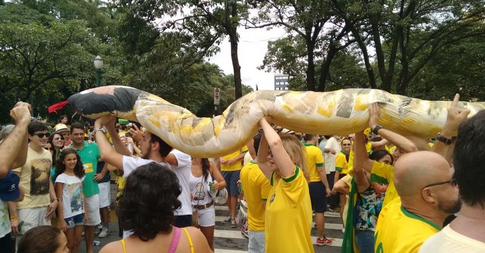 """13.mar.2016 - Manifestantes erguem um """"jararaleco"""" durante ato contra o governo Dilma Rousseff em Belo Horizonte (MG). A imagem foi enviada pelo internauta João Miranda para o WhatsApp do UOL Notícias - (11) 95520 5752"""