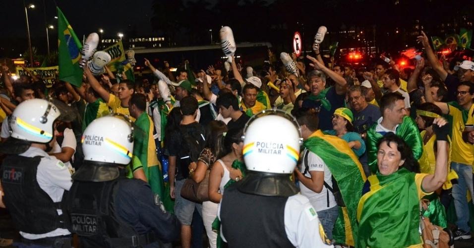 21.mar.2016 - Manifestantes protestam em frente à praça dos Três Poderes, em Brasília, contra o governo Dilma. Segundo a Polícia Militar, cerca de 2000 pessoas se reuniram no início da noite desta segunda-feira (21) na capital federal. Com faixas com frases como