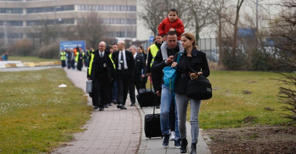 22.mar.2016 - Passageiros e funcionários são retirados do aeroporto internacional de Bruxelas após um ataque terrorista com homem-bomba na área de embarque