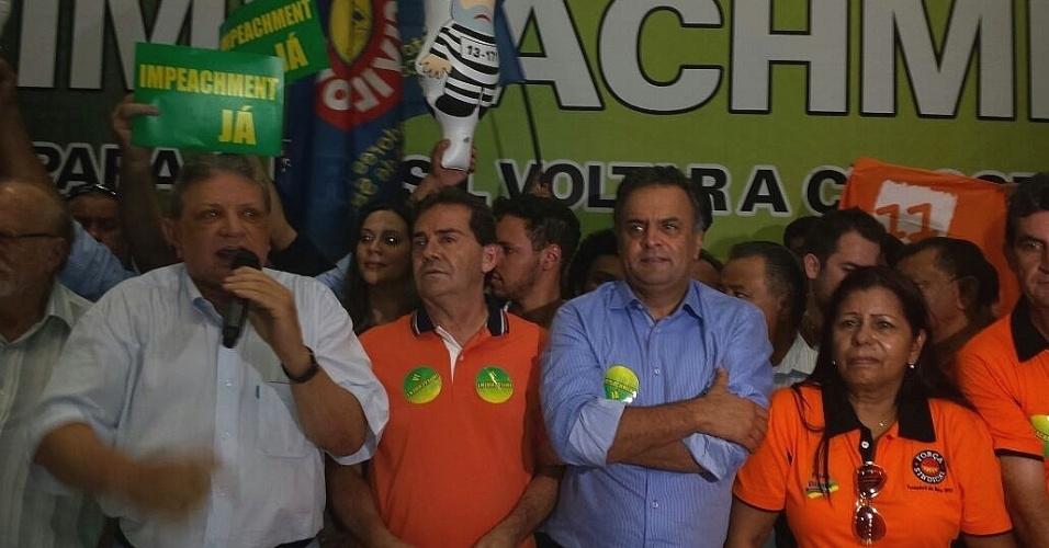 8.abr.2016 - O senador Aécio Neves (PSDB-MG) (de azul) e o deputado Paulinho da Força (de laranja), presidente do Solidariedade e da Força Sindical, participam de ato com sindicalistas e lideranças políticas pelo impeachment da presidente Dilma Rousseff, no Sindicato dos Trabalhadores da Construcão Civil, no centro de Sao Paulo (SP). Outras lideranças tucanas e peemedebistas também participam do ato