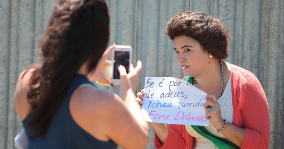 12.abr.2016 - Integrante do Movimento Brasil Livre e de movimentos à favor do Impeachment da presidente Dilma Rousseff protestam contra a colocação do muro na Esplanada dos Ministérios, em Brasília (DF)